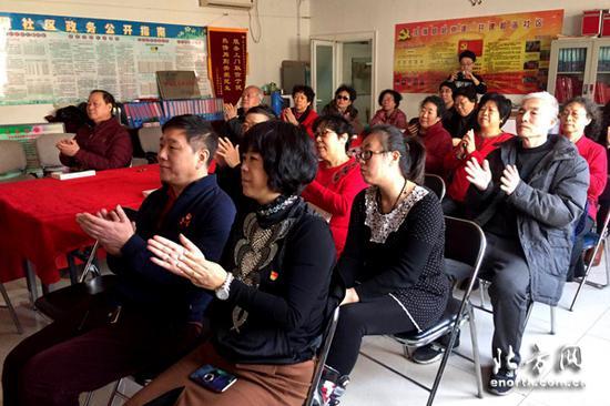 河北区光复道街林古里社区党员和居民收听收看政府工作报告