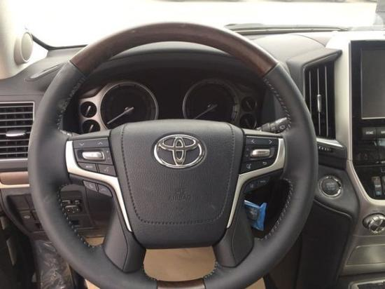 18款丰田酷路泽5700多功能桃木方向盘方便了驾驶员的操控,内部空间也非常充足