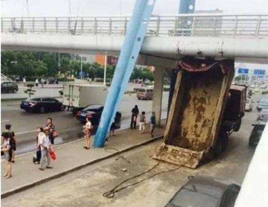 2015年7月17日,卫国道翠阜新村口天桥,一辆翻斗车卡在了桥下。