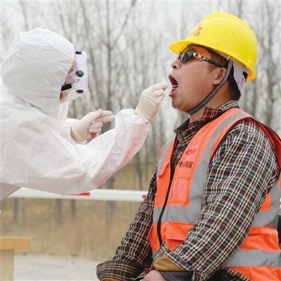 医务人员在京滨高铁施工现场对全部复工人员进行了核酸检测,从源头杜绝疫情输入,确保安全复工。