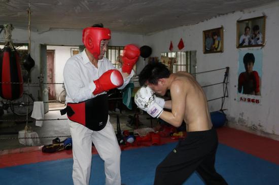 """为奇迹而战的""""励志哥""""汪强 极为罕见的脑瘫职业拳击手"""
