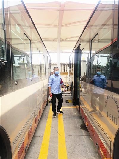疫情防控进入常态化,随着开学季的到来,乘坐公共交通出行的人开始增加,对于公交车的防疫安全员来说,每日的消杀丝毫不能懈怠,把好了消毒安全关,是对乘客的一种无形保护。