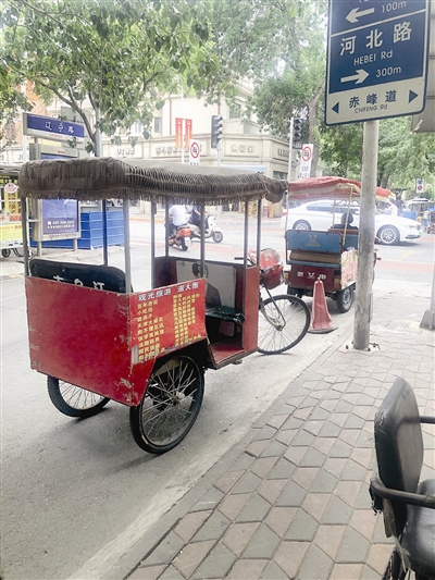 电动三轮车上路没规则 行驶太潇洒 您了还是悠着点