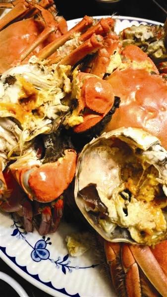 """有一种爱叫""""给你剥螃蟹""""(图)"""