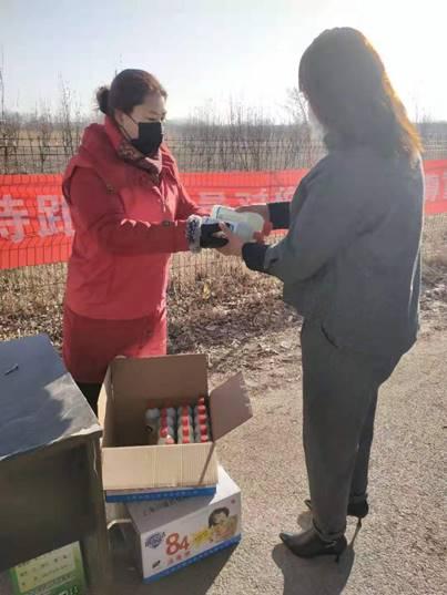 蓟州巾帼志愿者聂凤杰免费为群众发放消毒液