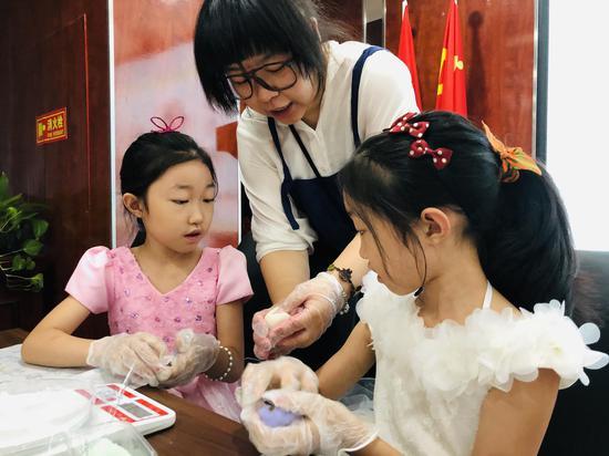 南开区金融街社区开展亲子手工月饼DIY活动