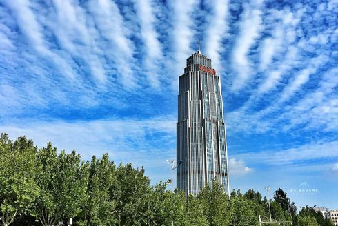 蓝天白云下的天津街景�
