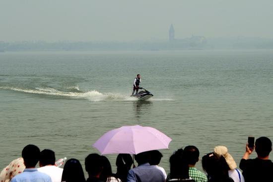 摩托艇表演。摄影 王建强