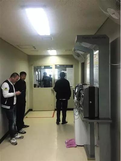 """济州机场内进出""""小黑屋""""的门紧闭,中国游客被扣押在此。图片由受访者供图。"""