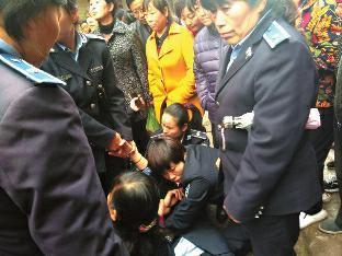 与执法人员起冲突,女商贩遭多名女城管围殴