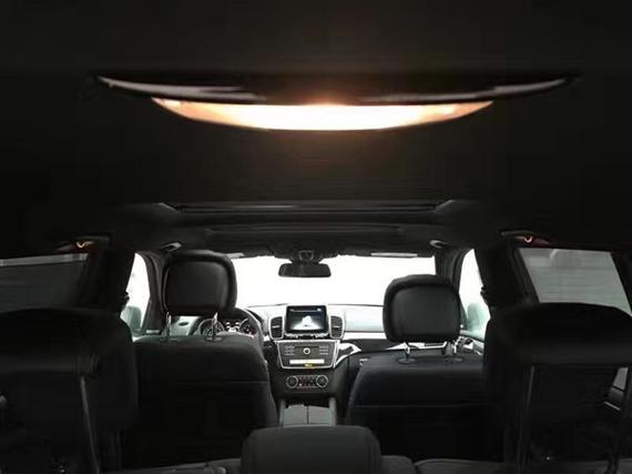 奔驰GLS450在路上不会让你感觉到它体型的硕大。奔驰GLS450标配空气悬架,自适应巡航,同时还配备车辆转弯时使车身保持稳定姿态的前后自适应防倾杆。豪华体现的淋漓尽致,让用户得到更舒适的享受。底盘采用空气悬架,具备地盘升降功能,独立前后悬挂,堪称霸道。不断张扬野性,硬朗的车身线条有一种不言自明的威严在里面,那个闪闪夺目的奔驰车标,令人心头一震。更为柔和大尺寸的轮毂和刹车盘都透露出浓厚的运动气息。在现款GL级的基础上增加了奔驰系列标志性的独立式多媒体显示屏,全新造型的三辐式方向盘相比现款车型的四辐设