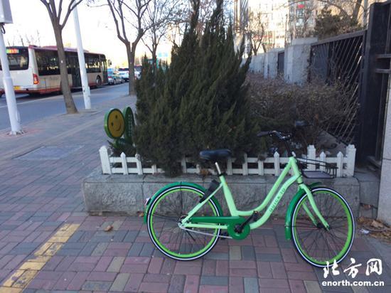市民拍摄停于路边的共享单车