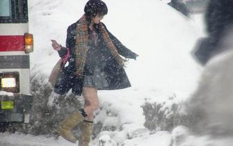 日本妹子大雪中短裙光腿 真的不冷吗?
