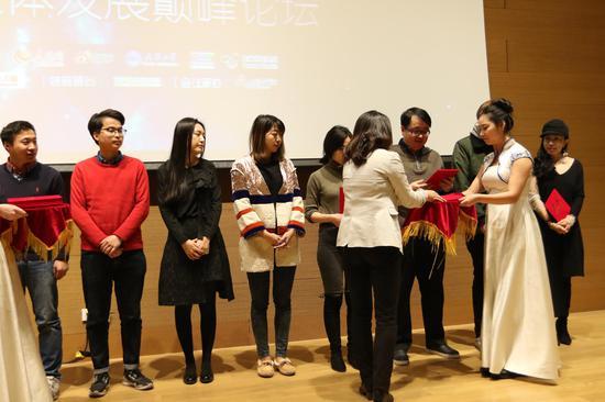 新浪网政府事业部总经理李峥嵘为首批新媒体运营讲师颁发聘书。