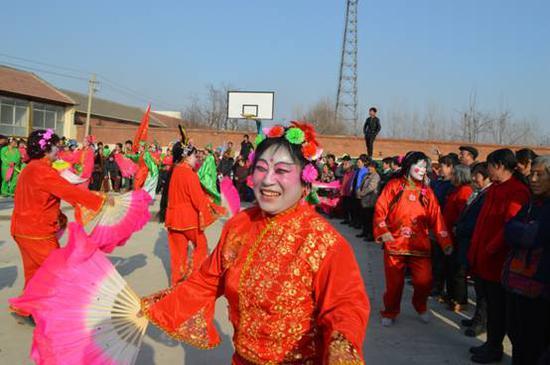 新成立的东二营镇艳阳天秧歌队表演地秧歌