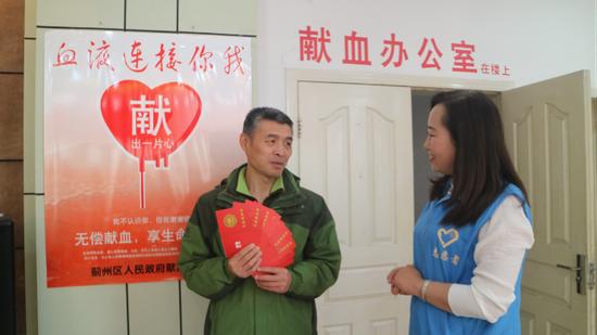 无偿献血达到6000多毫升的志愿者吴宗权谈无偿献血体会