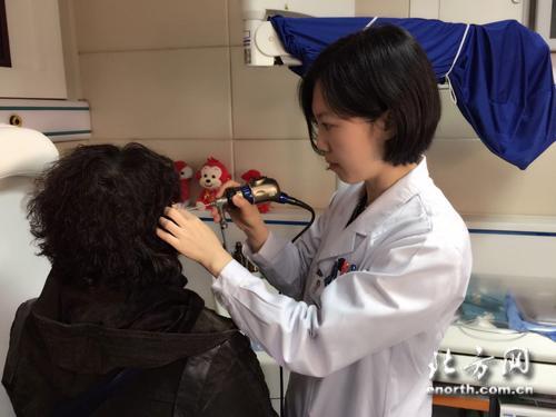 天津市第一中心医院耳鼻咽喉头颈外科王巍主任用耳内镜对患者进行耳科检查