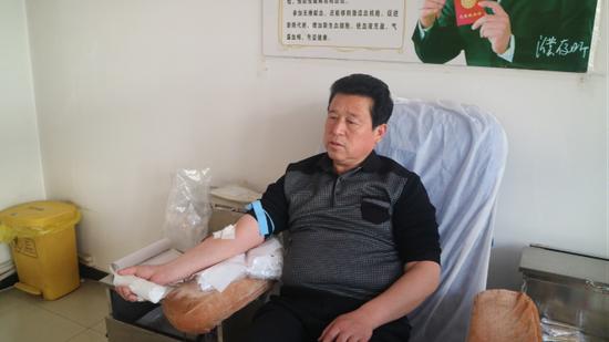 医务人员林刚在乐园献血屋献了400毫升的鲜血,他说:我们知道献血有益健康,我们医务人员很多人都献了血。