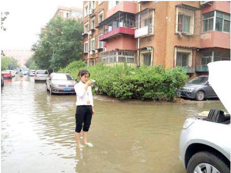 """安欣雯在""""7.20""""暴雨灾害中冒雨现场查勘"""