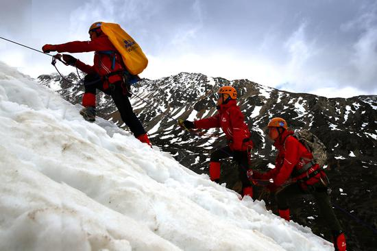 2016年,大学生勇士们勇敢前行结绳攀登