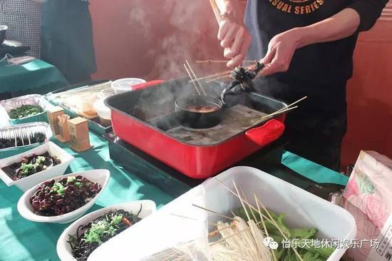 怡乐天地2层一家嘿店的特色黑色食材健康火锅,现场制作、品尝让大家一饱口福。