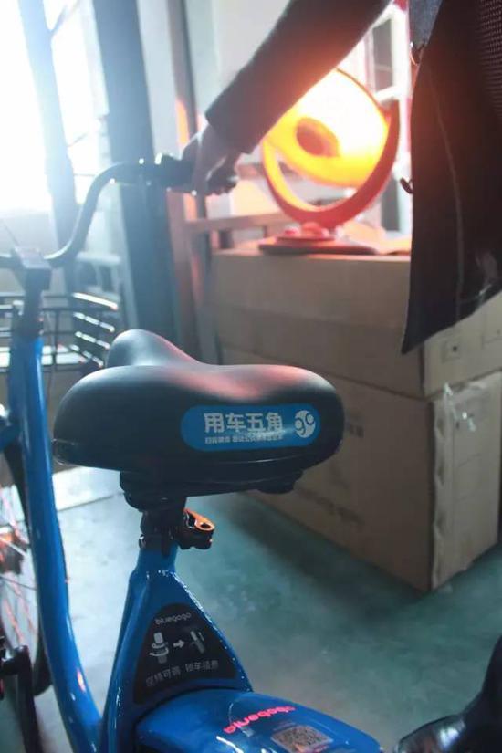 小蓝车率先给共享单车安装了太阳能电池板,组装的最后一步是测试太阳能电池板是否正常工作,将车子推到红外暖霸处,车尾发电花鼓的指示灯亮起,表明太阳能电池板功能正常