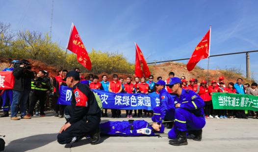 4月9日,活动现场,平安志愿者进行了救援、救护演练
