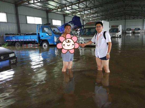 """▲天津""""7.20""""暴雨发生后在满是污迹的厂房中进行查勘"""