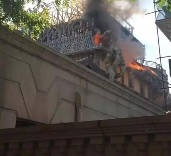 失火后的瓷房子