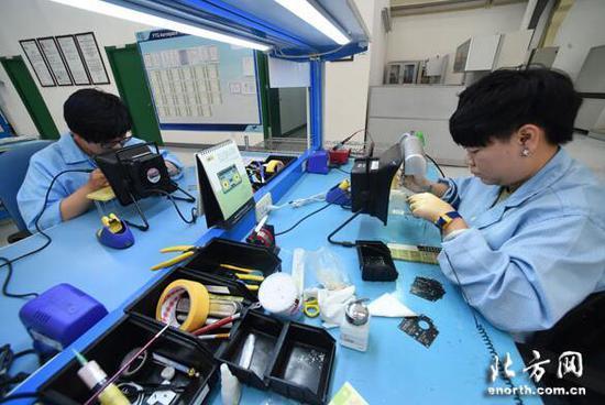 技术人员研发航空面板