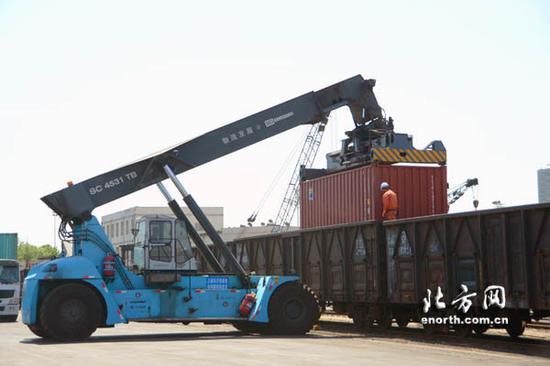 由天津港出发途径阿拉山口过境最终达乌兹别克斯坦的铁路集装箱班列正在繁忙作业