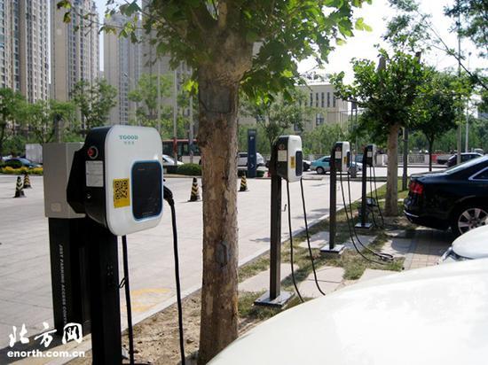 """前沿网友记者""""北方旅游"""":天津节能大厦前设置电动汽车充电站"""