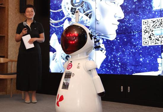 """机器人""""大智""""代表来宾向专家提问"""
