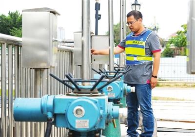 市水务局排水管理部门对中心城区主干排水管网、检雨井及排水泵站机电设备开展全面维修。张磊 摄