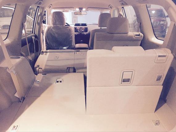 其他方面:2017款丰田霸道2700整体布局很规整,深色中控台搭配银色面板让这款车看起来很简洁。多功能能方向盘采用了类似路虎的四幅式设计,当然新增加的多功能按键也十分实用。座椅的乘坐感受更加偏重舒适性,座垫、靠背宽大柔软,侧向的包裹力度也恰到好处。   ----------------------------------------------------------------------------------   商家名称:天津腾柏汽车贸易有限公司   咨询电话:18649155751江经理