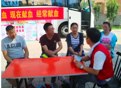 """无偿献血志愿者们在献血车旁谈""""蓟州青年说—谈对献血的认识"""""""