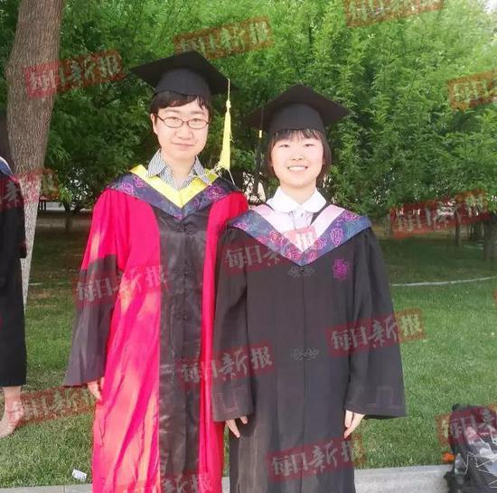 (王雨菲(右)与班主任左轶凡老师合影)