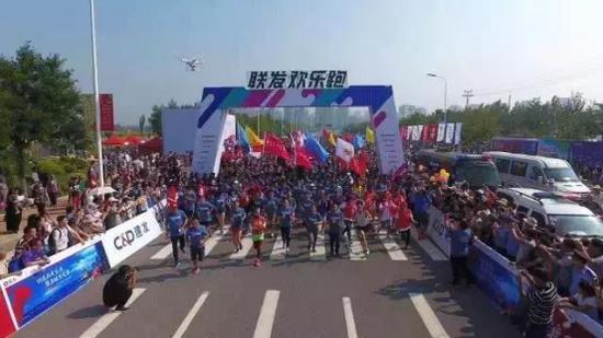 随着时间的推进,活动现场人潮涌动,一场集结跑步与欢乐的运动Party正式启动!