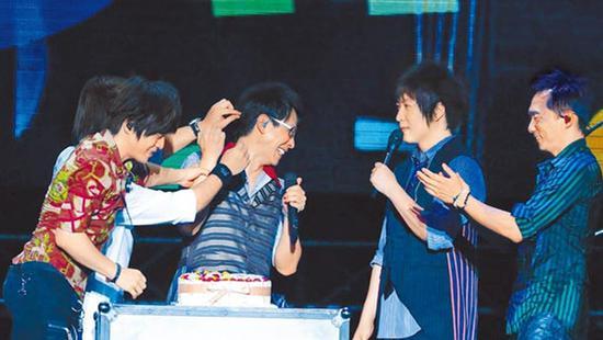 五月天在西安演唱会上帮冠佑(中)庆生,玛莎(后左)用奶油攻击冠佑。