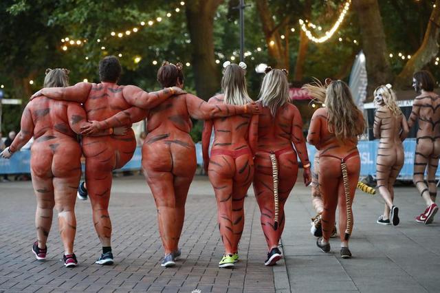 伦敦动物权益者为筹款裸跑