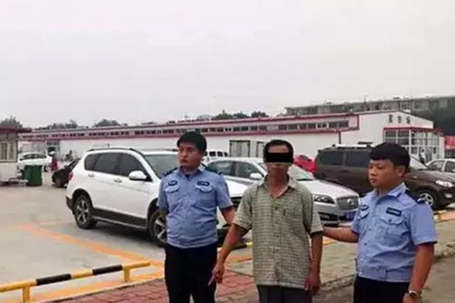 猥琐 天津一男子在集市上偷拍女性裙底被抓
