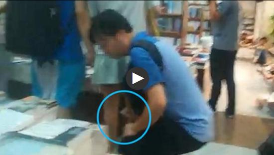 佯装蹲下找书,中年男子在上海书城疑似偷拍多名女性裙底。
