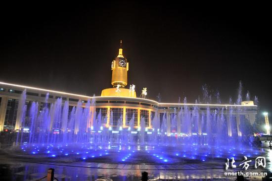 天津站前广场现彩色音乐喷泉