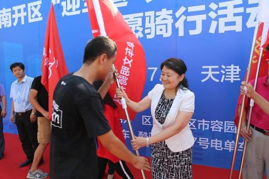 图片:天津市南开区副区长沙红向7号电单车代表授旗