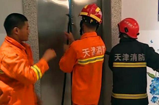 天勃公寓一客梯突发故障 9位男乘客被困电梯厢