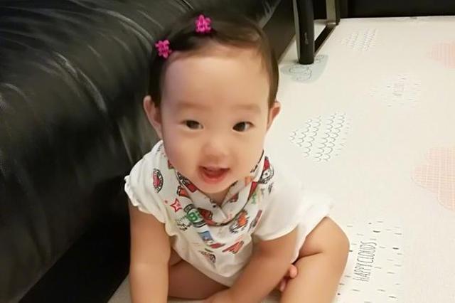 """杨威女儿正面照五官肖父 妈妈直呼她是""""小杨威"""""""