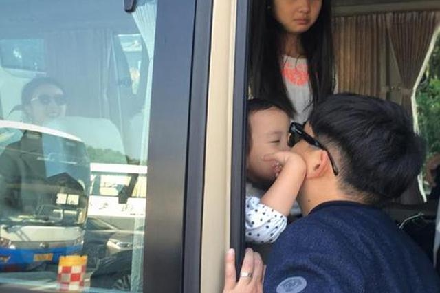 黄磊孙莉相恋22周年 感慨工作忙碌与多妹亲吻告别