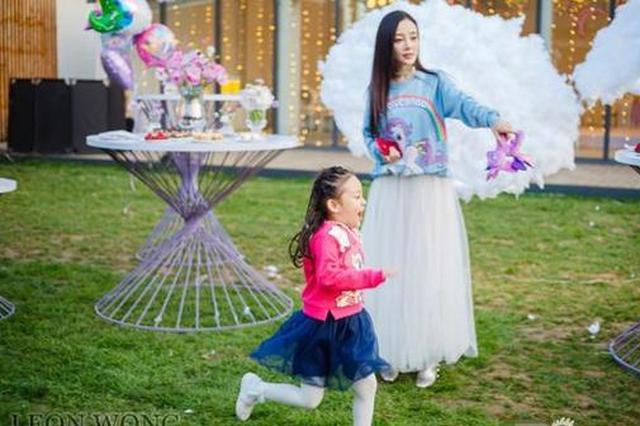 李小璐夫妇为女儿庆生 甜馨穿公主裙跳舞仙气十足