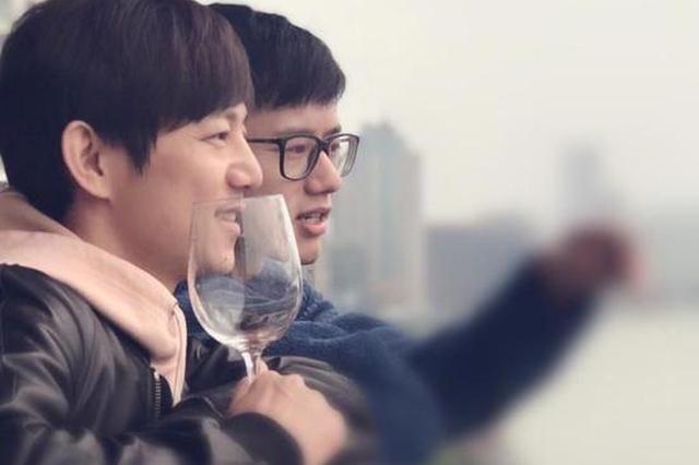 谢娜与何炅张杰江边饮酒畅聊 感叹:最好的幸福
