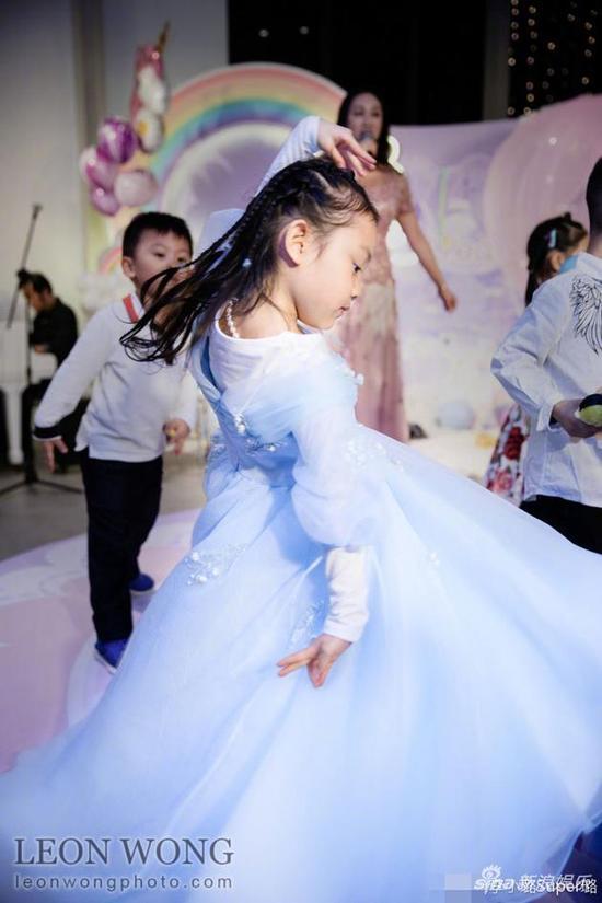李小璐穿着裙子跳舞